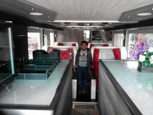 mini bar lantai pertama dan bangku luas untuk 4 penumpang